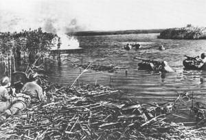 Переправа советских солдат через реку